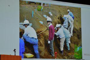 硫黄島で遺骨収集する栗原さん