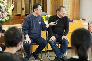 体験を語る参加者。インタビュアーの質問を確かめるように答えていく。