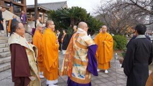 自死者追悼法要いのちの日いのちの時間のお焚き上げの準備をする真言宗の僧侶ら