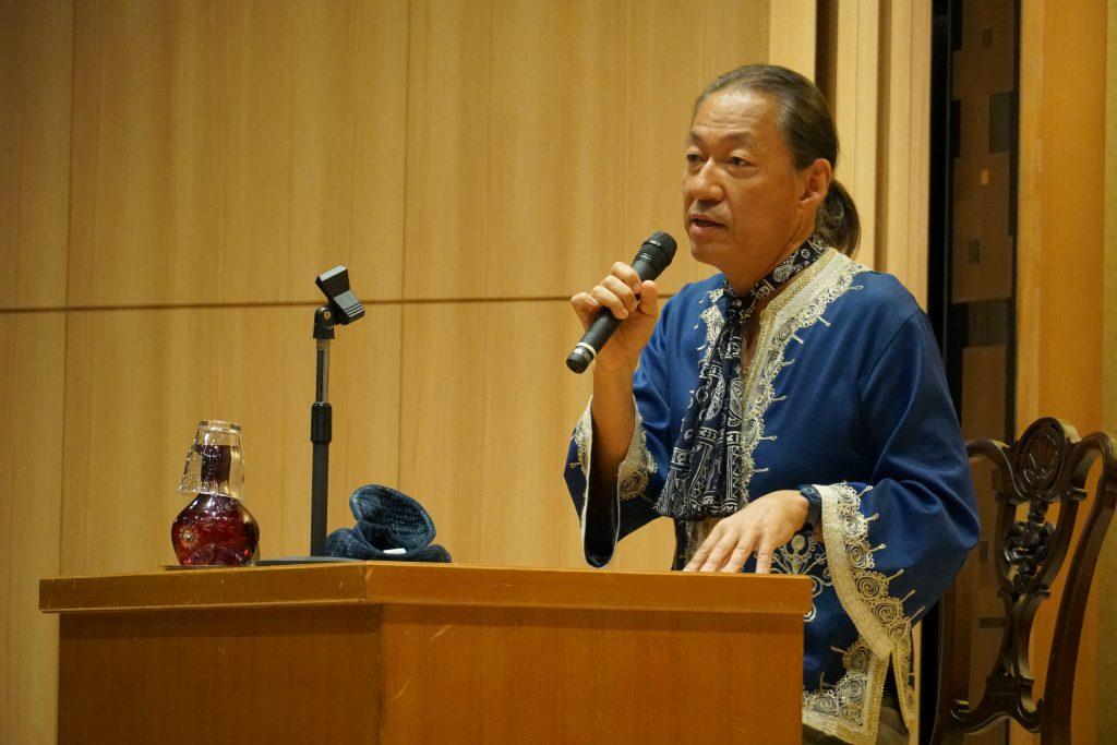 講演中のドリアン助川さん