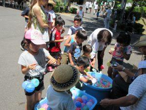 ゲームコーナーには、子どもたちが詰めかけていました。ヨーヨー釣りに興じる子どもたち