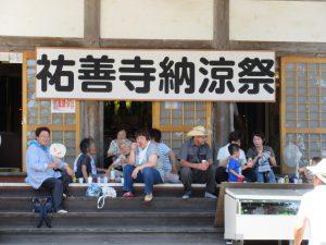 本堂の向拝で憩う人たちの前には、飲み物がいっぱい。