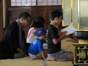 正信偈同朋奉讃式のお勤めの導師は、小学4年生の芯くん。とても、上手にお勤めできました。
