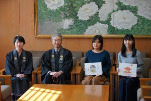 但馬弘宗務総長と草野龍子担当参務と共に記念写真撮影を行う受賞者