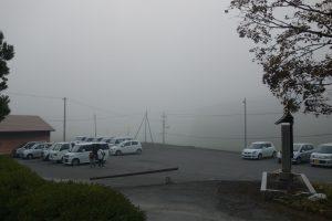 朝霧の中、続々と参拝者が集まってきます。
