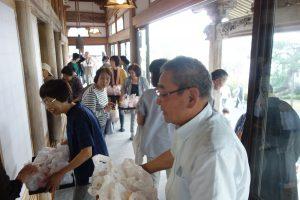 暁天講座終了後、ご門徒さんにより牛乳とパンが参拝者に配られます。