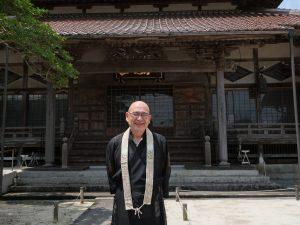 住職と宗專寺本堂